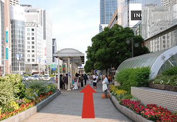 左に「SOGO」、右に「神戸マルイ」で直進のイメージ